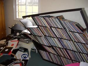 La bibliothèque de vinyles de ce malheureux a fini probablement au paradis des bibliothèques :D