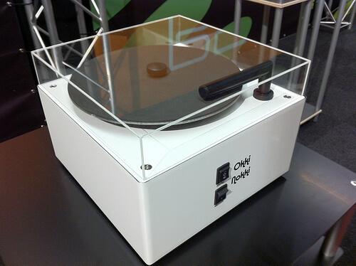 La célèbre Okki Nokki est une machine à nettoyer les vinyles qui vous fera gagner pas mal de temps